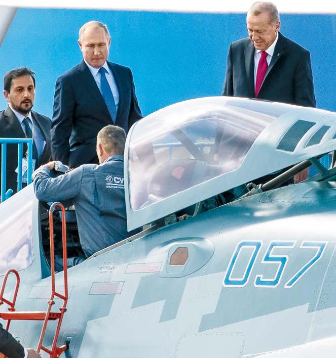 푸틴과 함께 러시아제 스텔스기 '수호이57' 살펴보는 에르도안