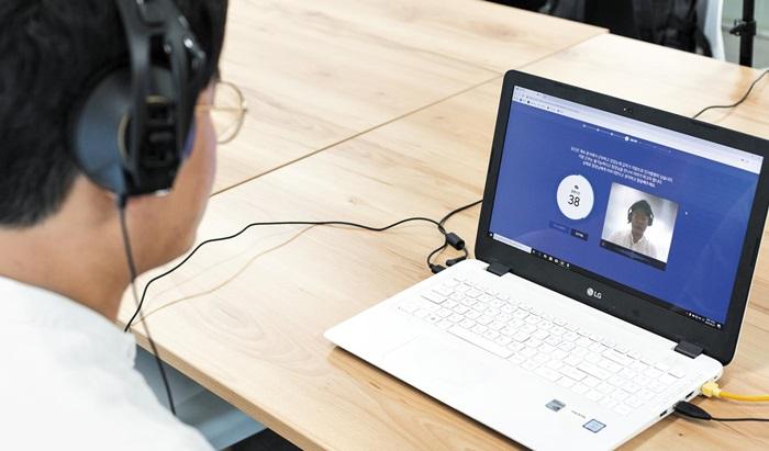 본지 기자가 지난 27일 IT 기업 '마이다스아이티' 본사에서 AI 면접을 체험하고 있다. 약 60분 걸리는 면접 시간 동안 카메라 밖으로 얼굴이 나가서는 안 된다.
