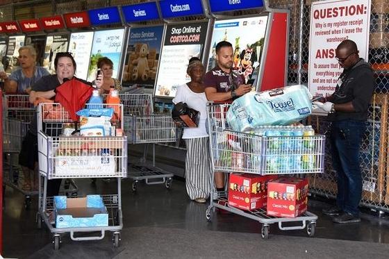 29일 플로리다의 한 마트에서 주민들이 생필품을 사서 이동하고 있다. /AFP 연합뉴스