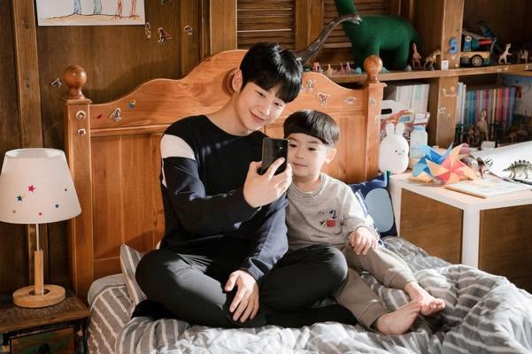 드라마 '봄밤'에서는 아이가 있는 미혼부 유지호 역을 맡았다. 아이와 있으면 더 소년같아 보이는 정해인. 데뷔 6주년을 맞아 그의 팬클럽은 '정해인의 핸더랜드'는 미혼부 한부모 가정에 기부를 하기도 했다.