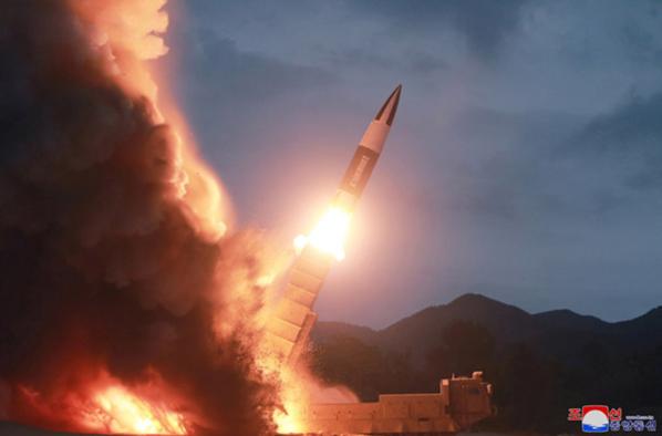 사진은 중앙통신이 홈페이지에 공개한 사진으로, 북한판 전술 지대지 미사일이라는 추정이 제기된다. /연합뉴스