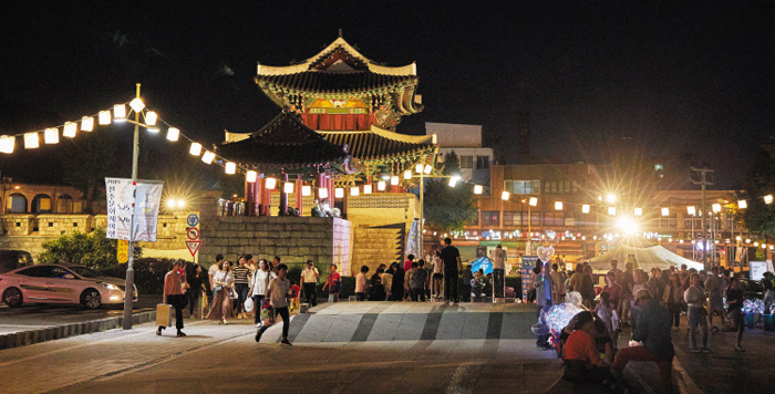 지난 5월 전북 전주 풍남문(豊南門·보물 제308호) 주변에 설치된 한지 등(燈) 아래로 야행 관광객들이 밤마실을 다니고 있다.