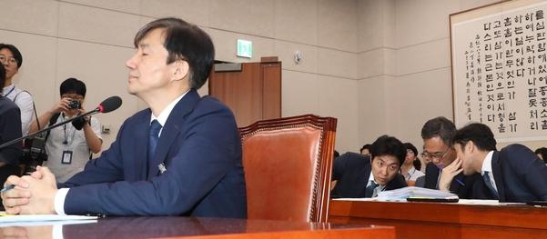 조국 법무장관 후보자가 6일 오전 열린 국회 법사위 인사청문회에서 한국당 의원들의 자료제출 요구에 눈감고 있다. /연합뉴스