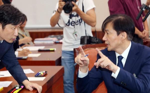 조국 후보자가 6일 인사청문회에서 관계자에게 질의 문답과 관련된 자료를 요청하고 있다. /연합뉴스
