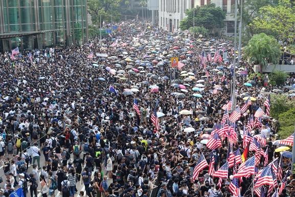 8일 오후 홍콩 홍콩섬 센트럴역과 애드미럴티역 사이에 있는 차터가든 공원 근처에서 미국 의회에 '홍콩 인권과 민주주의 법안' 통과를 촉구하며 홍콩 주재 미국 총영사관으로 행진하는 시위가 열렸다. 대형 미국 성조기와 홍콩 민주화 시위의 상징인 우산이 인파를 덮었다. /홍콩=김남희 특파원