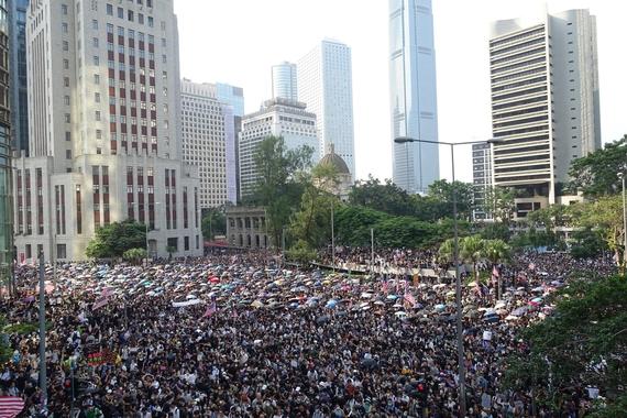 8일 오후 홍콩 홍콩섬 센트럴역과 애드미럴티역 사이에 있는 차터가든 공원에서 미국 의회에 '홍콩 인권과 민주주의 법안' 통과를 촉구하며 홍콩 주재 미국 총영사관으로 행진하는 시위가 열렸다. /홍콩=김남희 특파원