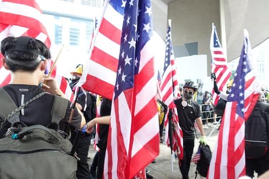 8일 오후 홍콩 홍콩섬에 있는 홍콩 주재 미국 총영사관 근처에서 미국 의회에 '홍콩 인권과 민주주의 법안' 통과를 촉구하는 시위가 열렸다. /홍콩=김남희 특파원