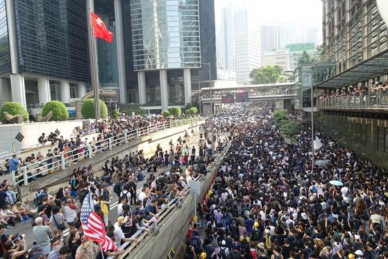 8일 오후 홍콩 홍콩섬에서 시위대가 홍콩 주재 미국 총영사관을 향해 행진하고 있다. 이들은 미국 의회에 '홍콩 인권과 민주주의 법안' 통과를 촉구했다. /홍콩=김남희 특파원