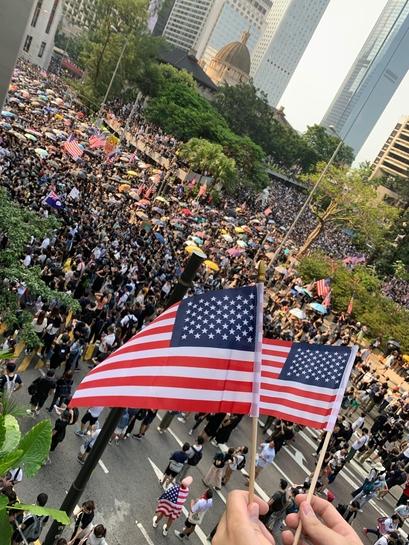 8일 오후 홍콩 주재 미국 총영사관 근처에서 열린 시위에서 한 학생이 미국 성조기를 양손에 들고 있다. /홍콩=김남희 특파원