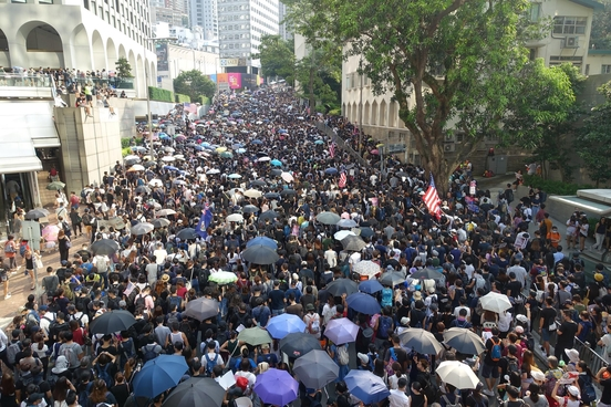 8일 오후 홍콩 홍콩섬에서 시위대가 홍콩 주재 미국 총영사관을 향해 행진하고 있다. 홍콩 경찰은 미국 총영사관 앞 도로에 바리케이드를 설치해 시위대의 진입을 막았다. /홍콩=김남희 특파원