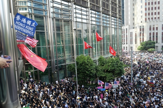 8일 오후 홍콩 홍콩섬 차터가든 공원 주위로 진행된 행진 중 홍콩 독립을 요구하는 파란 깃발과 미국 성조기, 중국 오성홍기가 함께 나부끼고 있다. /홍콩=김남희 특파원