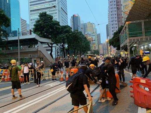 8일 오후 홍콩 홍콩섬에 있는 지하철역 완차이역 근처 도로에서 시위자들이 바리케이드를 치고 있다. /홍콩=김남희 특파원