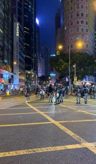 8일 오후 홍콩 홍콩섬에 있는 지하철역 완차이역 근처 도로에 경찰이 출동해 시위대를 해산시키고 있다. /홍콩=김남희 특파원