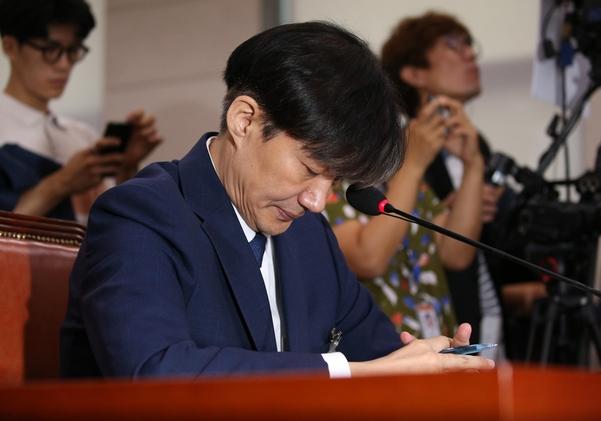조국 법무장관 후보자가 6일 오전 열린 국회 법사위 인사청문회에서 고개를 숙이고 있다./연합뉴스