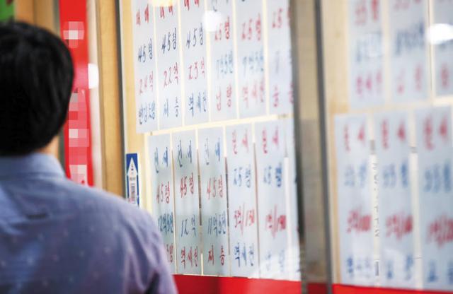 분양가 상한제에도, 서울 아파트값 10주 연속 상승세 - 정부가 지난달 내놓은 민간택지 분양가 상한제 규제안에도 신축 아파트 위주로 가격이 오르면서 서울 아파트 값은 10주 연속 상승세를 보이고 있다. 8일 오전 서울 송파구의 한 공인중개사무소 창문에 아파트 매매, 전·월세 가격이 붙어있다.