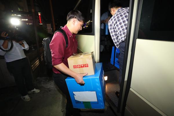지난달 27일 저녁 서울 강남구의 한 빌딩에서 검찰 관계자들이 조국 법무장관 후보자 가족이 투자한 사모펀드 운용사 코링크프라이빗에쿼티 사무실을 압수수색을 마친 뒤 압수품들을 차량으로 옮기고 있다. /연합뉴스