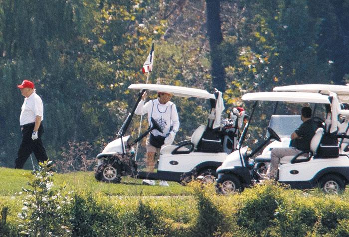 도널드 트럼프(왼쪽) 미 대통령이 지난 8일(현지 시각) 버지니아주 스털링에 있는 본인 소유의 트럼프 내셔널 골프장에서 골프를 치고 있다.