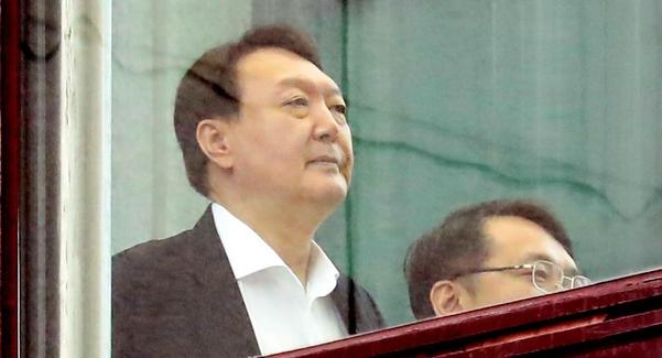 윤석열 검찰총장이 9일 서울 서초구 대검찰청에서 점심 식사를 마치고 이동하고 있다./연합뉴스