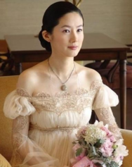 지춘희의 뮤즈였던 심은하. 결혼식에서 지춘희가 지은 드레스를 입은 단아한 모습.