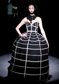 2013 FW 컬렉션에 나왔던 지춘희의 줄자드레스.