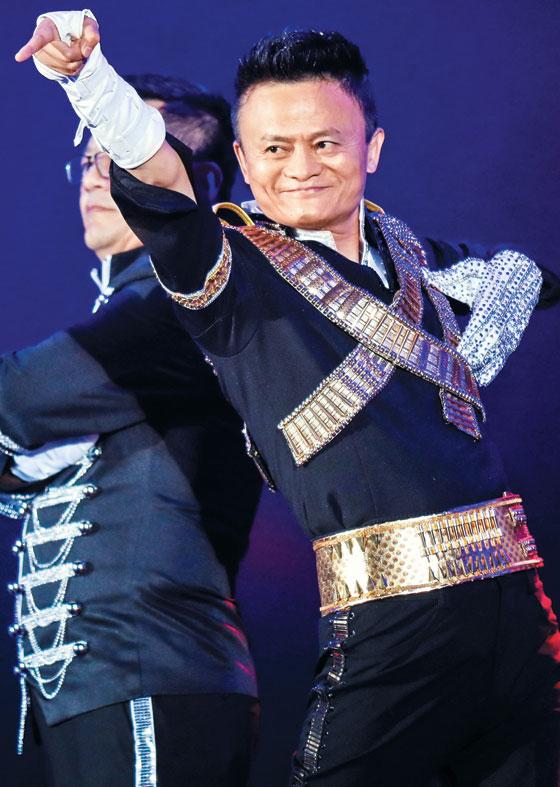 마윈 알리바바 창업자 겸 회장이 지난 2017년 9월 8일 중국 항저우시에서 열린 알리바바의 18주년 기념파티에서 마이클 잭슨의 노래에 맞춰 춤을 추고 있다.