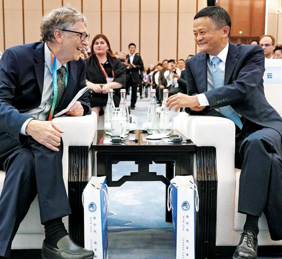 마윈(오른쪽) 알리바바 회장이 지난해 11월 5일 중국 상하이에서 열린 '홍차오 국제경제무역포럼'에 참석, 빌 게이츠(왼쪽) 마이크로소프트(MS) 창업자와 대화하는 모습.