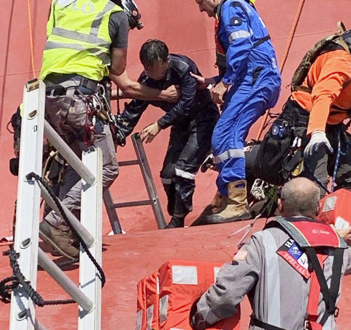 미국 해안경비대(USCG)가 10일 미국 조지아주 브런즈윅 항만 근처 해상에서 전도된 현대글로비스 소속 골든레이호의 기관실 쪽에 갇혀 있던 한국 승무원을 구조하고 있다.