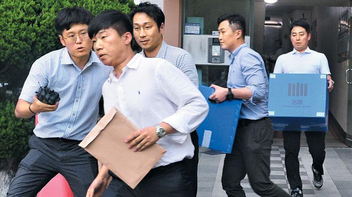 10일 검찰 수사관들이 조국 법무부 장관 동생의 전처(前妻) 자택인 부산 해운대구의 한 아파트를 압수수색한 뒤 걸어 나오고 있다.