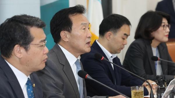 바른미래당 손학규(왼쪽에서 둘째) 대표가 11일 당 최고위원회의에서 발언하고 있다./연합뉴스