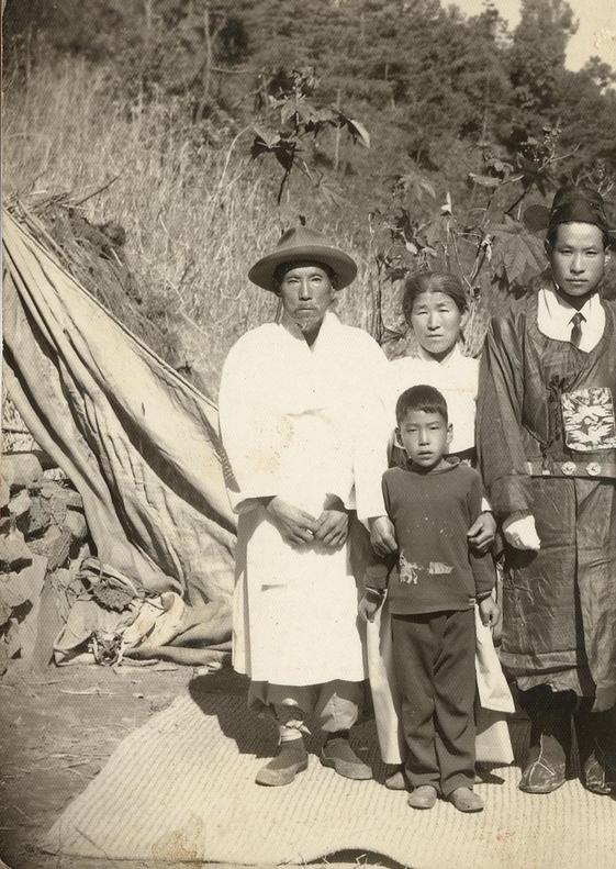 꿀벌 농사를 처음 시작한 할아버지(왼쪽)과 아버지(오른쪽) 모습. /김대립 제공