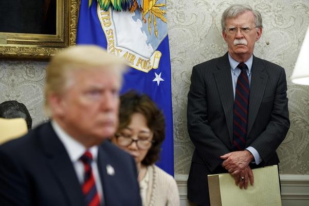 존 볼턴 미국 백악관 국가안보보좌관이 작년 11월 워싱턴DC 백악관에서 정례 브리핑에 참석해 기자들에게 발언하는 모습. 트럼프 대통령은 10일 볼턴 보좌관을 전격 경질했다. /연합뉴스·AP