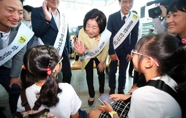 추석 연휴를 하루 앞둔 11일 정의당 심상정 대표가 서울역에서 귀성객들에게 인사하고 있다. /연합뉴스