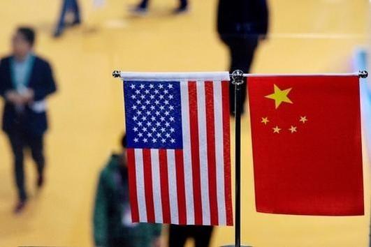 2018년 11월 6일 중국 상하이에서 열린 무역박람회 현장 내부에 미국과 중국 국기가
