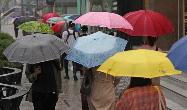 지난 5일 오후 서울 강남역 인근에서 시민들이 색색의 우산을 쓰고 걸어가고 있다. /연합뉴스