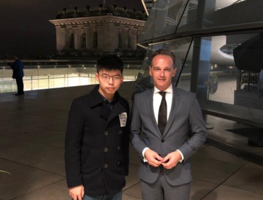홍콩 '우산혁명'의 주역이자 범죄인 인도 법안(송환법) 반대 시위를 이끌어 온 조슈아 웡 데모시스토당 비서장이 9일 독일 베를린에서 하이코 마스 독일 외무장관과 만나고 있다. /조슈아 웡 트위터