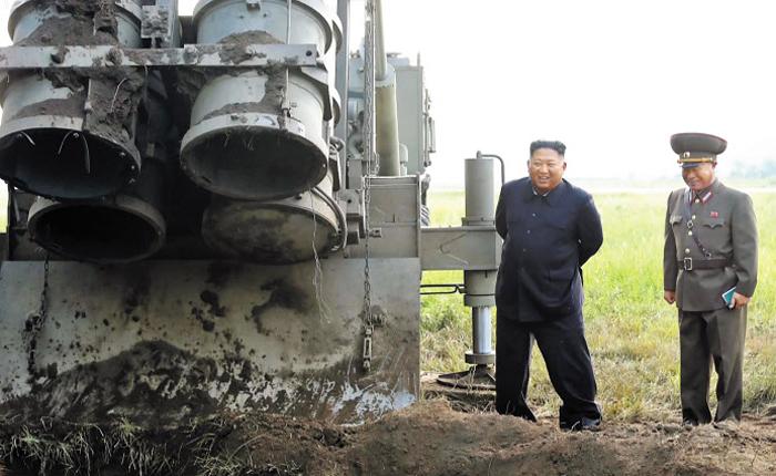 북한 김정은 국무위원장이 지난 10일 초대형 방사포 시험 사격을 현지 지도하는 사진을 조선중앙TV가 11일 보도했다. 이동식 발사 차량에 탑재된 4개의 발사관 중 3개 발사관 하단부 덮개가 열려 있는 모습이 보인다.
