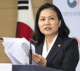 """유명희 통상교섭본부장이 11일 정부서울청사에서 """"일본이 지난 7월 시행한 수출 제한 조치에 대해 WTO에 제소한다""""고 발표하고 있다."""