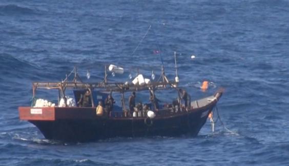 일본 해상보안청은 2019년 6월 14일 자국 배타적 경제수역(EEZ)에서 불법으로 조업을 하고 있는 북한 어선의 모습을 담은 사진과 영상을 공개했다. 사진은 불법 조업 중인 북한 어선. /일본 해상보안청