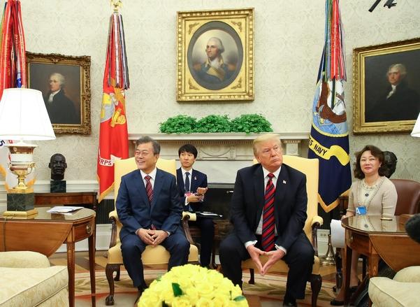 문재인 대통령과 도널드 트럼프 미국 대통령이 지난해 5월 23일 미국 워싱턴 백악관에서 한미정상회담을 하는 중 기자들의 질문을 듣고 있다./연합뉴스