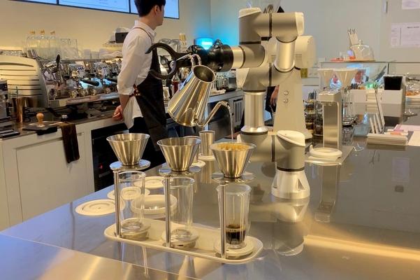 라운지엑스의 바리스타 로봇이 핸드드립 커피를 내리고 있다./김은영 기자