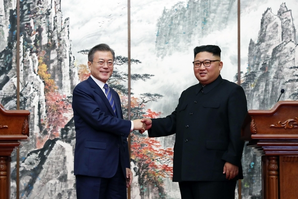 문재인 대통령과 김정은 북한 국무위원장이 2018년 9월 19일 9월 평양공동선언을 발표한 후 악수를 하고 있다,/평양공동취재단