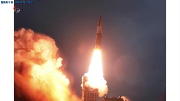 북한 조선중앙TV가 지난 8월 10일 함경남도 함흥 일대에서 실시한 2발의 단거리 발사체 발사 장면을 11일 사진으로 공개했다. 군은 이 발사체를 이스칸데르급 KN-23 단거리 탄도미사일과 유사한 기종으로 추정했으나, 북한이 공개한 사진을 보면 KN-23과는 다른 신형 탄도미사일로 보인다. 사진은 이날 오후 중앙TV가 공개한 발사 장면. /조선중앙TV