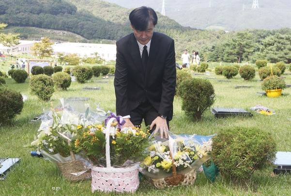 조국 법무장관이 14일 오전 부산 기장군 부산추모공원에 안장된 고 김홍영 전 검사 묘소에서 참배하고 있다. /연합뉴스