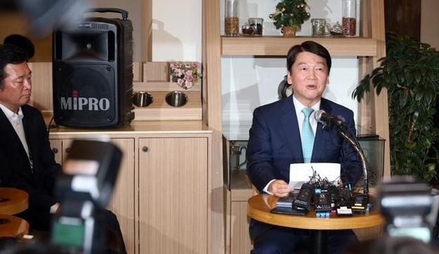 안철수 전 의원이 2018년 7월 12일 서울 여의도 한 카페에서 기자간담회를 열고 정치일선에서 물러날 뜻을 밝히고 있다. /조선일보DB