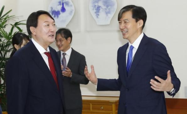 조국 법무장관(오른쪽)과 윤석열 검찰총장./연합뉴스