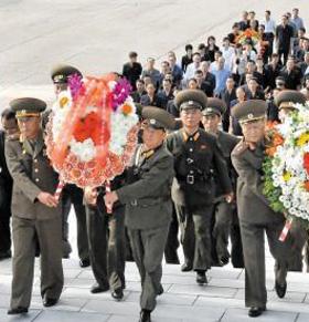 지난 13일 추석을 맞아 북한 군·당 간부들이 평양 대성산의 대성산혁명열사릉에 화환을 놓고 있다.