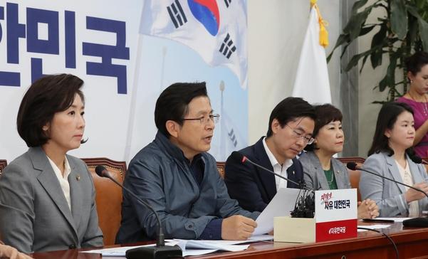 자유한국당 황교안(왼쪽에서 두번째) 대표가 16일 국회에서 열린 최고위원회의에서 발언하고 있다./연합뉴스