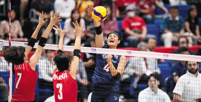 김희진이 16일 열린 여자 배구 월드컵 일본전에서 스파이크를 날리고 있다. 한국은 숙적 일본에 3대1로 역전승하고 2패 뒤 첫 승을 신고했다. 김희진은 블로킹 2개 포함 17점을 올렸다.