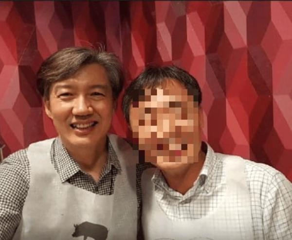 조국(왼쪽) 법무부장관이 청와대 민정수석 시절 당시 행정관이었던 윤모 총경과 함께 찍은 사진. /자유한국당 김도읍 의원실 제공