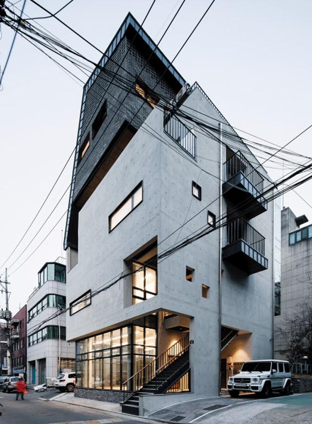 이색적인 외관으로 멀리서도 눈에 띄는 서울 신당동 '모퉁이빌딩'. 1~3층은 상가와 오피스로 임대하고 4~5층은 건축주가 직접 주택으로 쓰고 있다.
